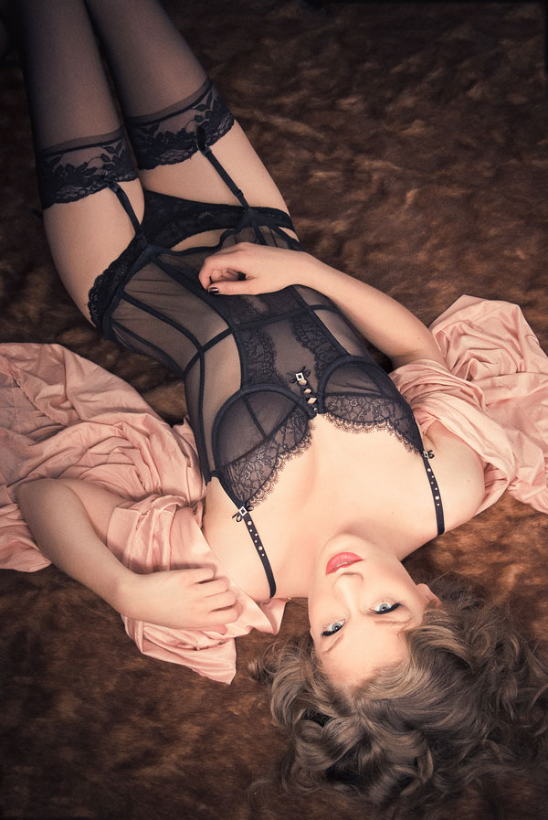 Sultry Vintage Outdoor Boudoir Session With Earthy Undertones | Photograph by Serena Star Photography