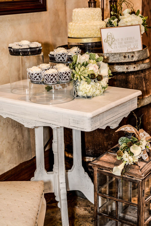 Royal Luxury At The Konzelmann Estate Winery Wedding In Neutrals & Metallics | Photograph by Flashes of Inspiration  http://www.storyboardwedding.com/royal-luxury-konzelmann-estate-winery-wedding/