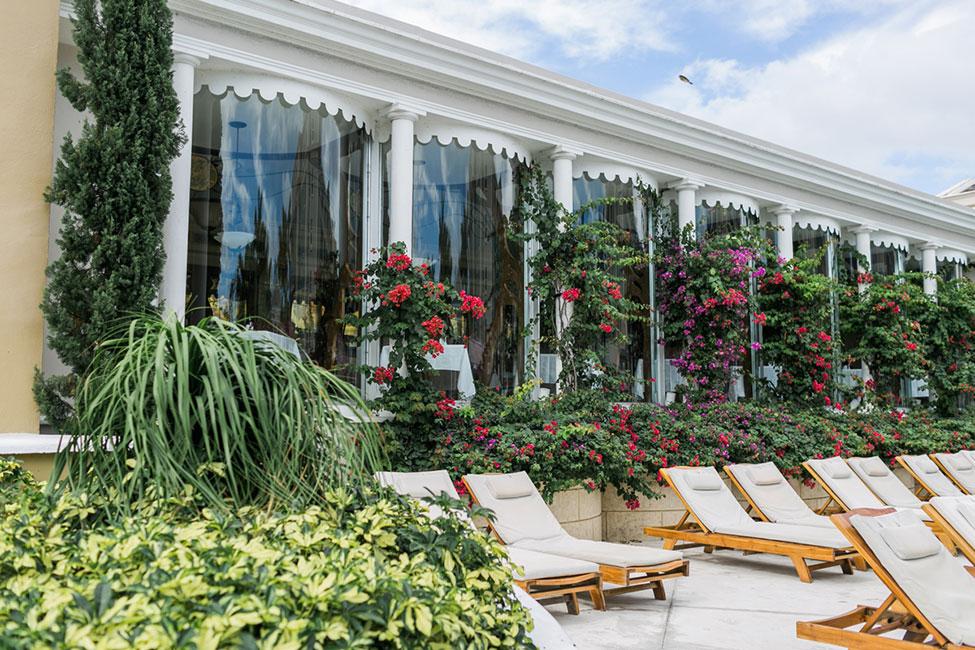 Sandals-Royal-Bahamian-Poolside-Lounge-(14)